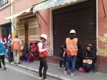 Voluntarios invitan agua a bloqueadores de la ciudad