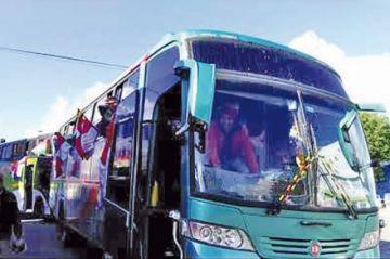 La caravana de buses de Potosí avanza hacia la ciudad de La Paz