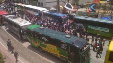 Caravana de un centenar de buses partió del Puente de la Dignidad