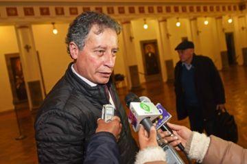 Renuncia el ministro Navarro y afirma que queman su casa
