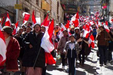 Cívicos encabezan marcha en el aniversario del 10 de Noviembre