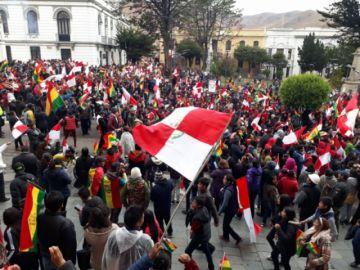 Población potosina festeja en la plaza la renuncia de Morales y García Linera