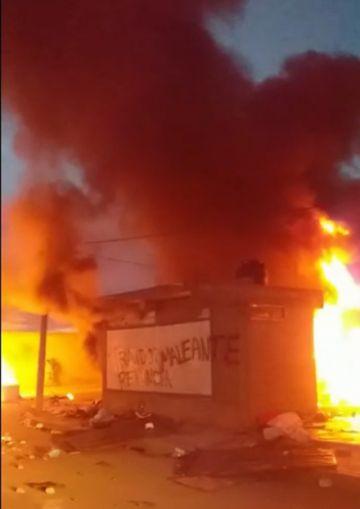 Oruro: queman la casa del gobernador Víctor Hugo Vásquez