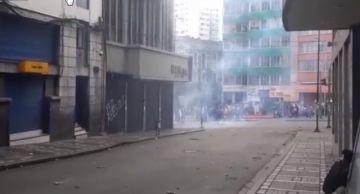 Policías se enfrentan con gente de El Alto