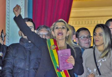 Áñez asume como presidenta de Bolivia pero no baja la tensión