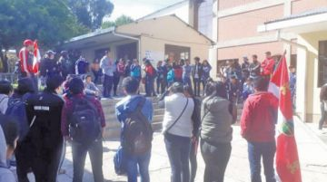 Normalistas piden renuncia de autoridades educativas