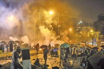 Policía hongkonesa avisa posible uso de munición real
