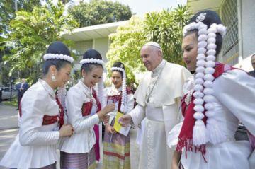 Francisco llega a Bangkok en la primera visita papal en 35 años