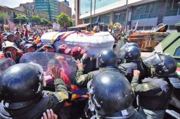 Marcha con féretros de Senkata termina con gasificación en La Paz