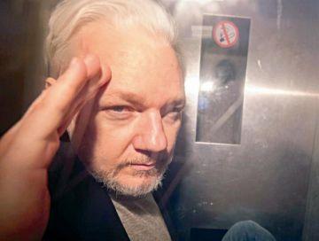 Advierten que Assange está en riesgo de muerte