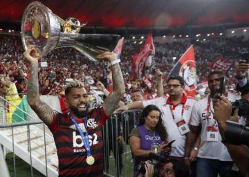 Flamengo recibe trofeo de campeón