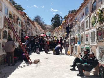 Las familias visitan el cementerio general por San Andrés
