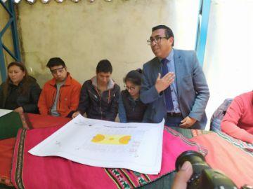 La UATF entrega planos a una unidad educativa en la comunidad de Ollerías.