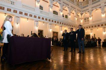 Presidenta retira a Jerjes Justiniano y posesiona a Nuñez en su reemplazo