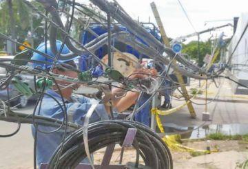 Camión provoca la caída de una docena de postes en Santa Cruz