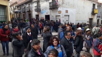 Trabajadores municipales hacen habilitar firma del alcalde con presión