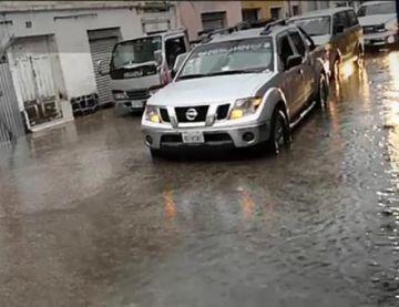 El aguacero causó varios problemas en calles