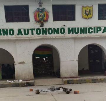 Puna va a cabildo demandando la inmediata renuncia del alcalde