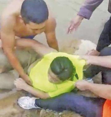 Rescatan a un niño que se estaba ahogando