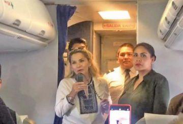 Presidenta viaja en un avión de BoA y genera reacción en redes sociales