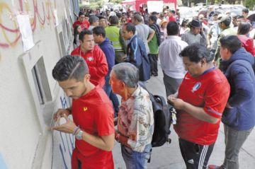 """Hinchas de Wilstermann duermen en el """"Capriles"""" por una entrada"""