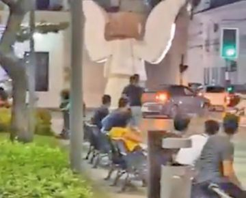 Un vehículo atraviesa una plaza  y pone en riesgo a transeúntes