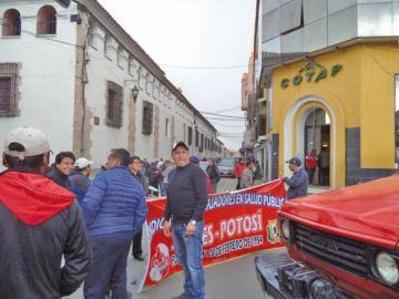 Movilización de trabajadores rechaza al director del Sedes