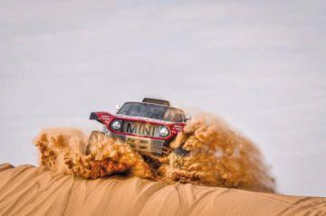 Carlos Sainz mantiene a raya a Al Attiyah y Peterhansel que ganó la sexta etapa del Dakar