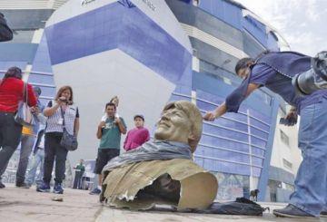 Retiran el busto de Evo de polideportivo