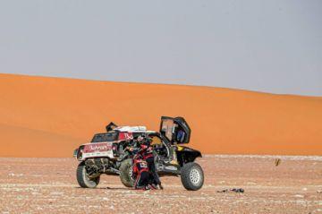 """Sainz sufre para mantenerse líder del Dakar y Alonso se mete en el """"top 10"""""""