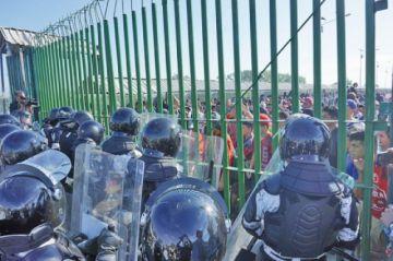 La caravana migrante intentaba ingresar a empujones en México
