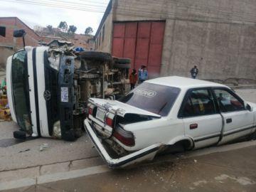 Colisión de un camión con taxi deja heridos