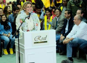 La presidenta Jeanine Áñez confirma su candidatura