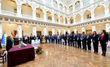 Jeanine Añez posesiona a tres nuevos ministros y ratifica a 17