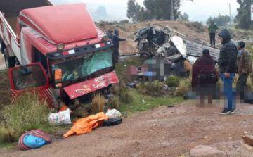 Un choque de minibús y camión deja 14 muertos