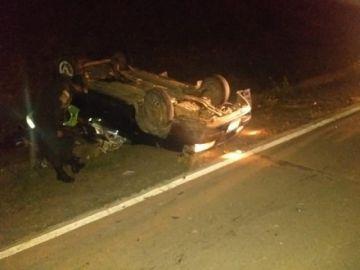 Chofer huye tras colisionar con otro auto