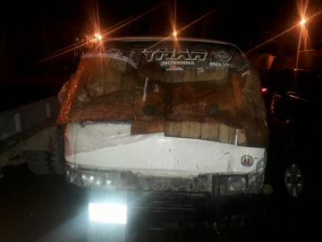 Un motociclista se estrella contra minibús en Potosí