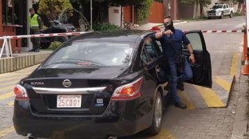 Diario informa sobre la versión española del incidente con agentes españoles afuera de la Embajada de México