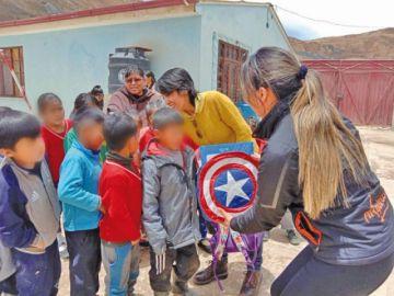 Dan mochilas a 50 alumnos en el Cerro Rico