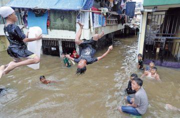 Yakarta: Cinco muertos y 20 mil desplazados