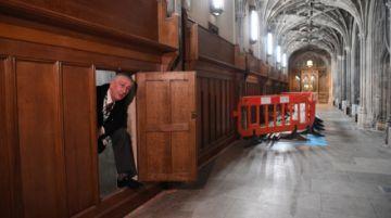 Hallan centenaria puerta secreta en palacio británico