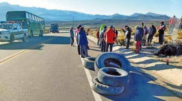 Choferes sindicalizados levantan el bloqueo en el camino Potosí - Uyuni