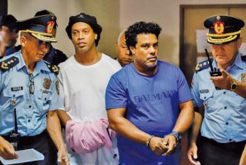 Ordenan prisión preventiva de Ronaldinho y su hermano