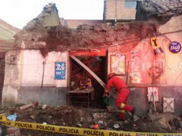 Techo de antigua casa cae en la calle Bustillo