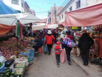 Los potosinos acuden masivamente a los mercados para abastecerse de alimentos.