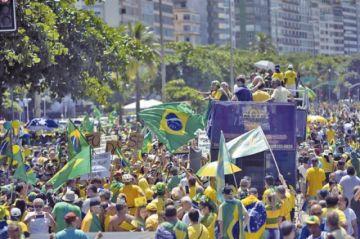 Miles marcharon contra Bolsonaro en Brasil