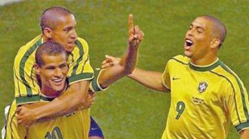 Ronaldo, Rivaldo y Roberto Carlos animan a Ronaldinho en su cumpleaños