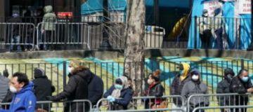"""Nueva York supera los 25.000 casos de coronavirus, que avanza como un """"tren bala"""""""