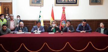 Gobierno entrega 206 ítems a Oruro y anuncia dos centros de salud prefabricados
