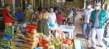 Santa Cruz: ancianos que pidieron ayuda reciben víveres de la Gobernación